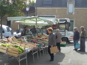 Le marché se tient le samedi matin sur la place de la mairie