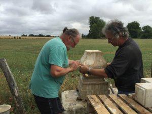 Montage socle de la croix nouvellement restaurée à Bernay-en-Champagne