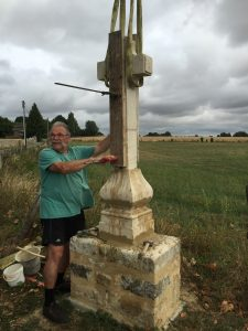Montage de la croix nouvellement restaurée à Bernay-en-Champagne