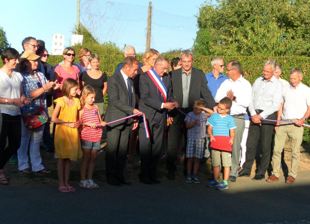 Le ruban inaugural coupé du nouveau bâtiment périscolaire de Bernay-en-Champagne