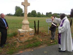 """Bénédiction croix de """"Bordigné"""" à Bernay-en-Champagne"""