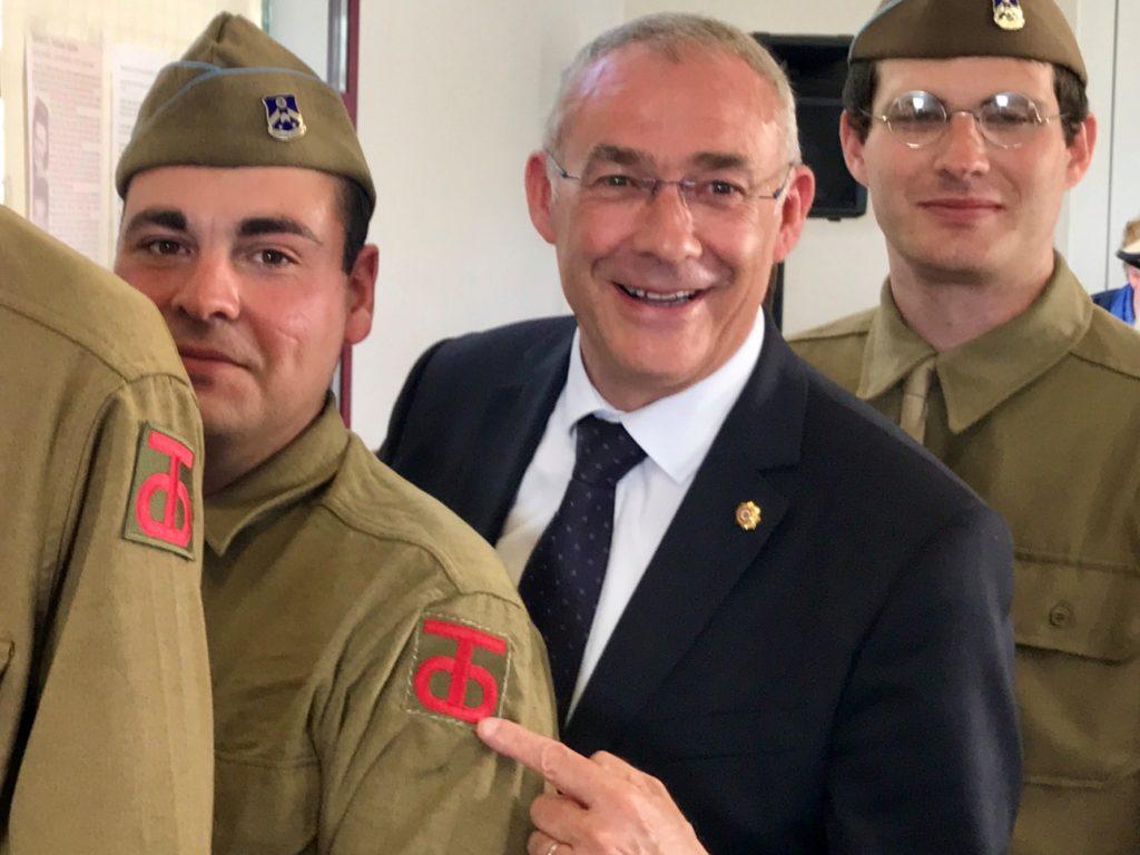 Le maire Vincent Hulot, avec les soldats de Mayenne WW2
